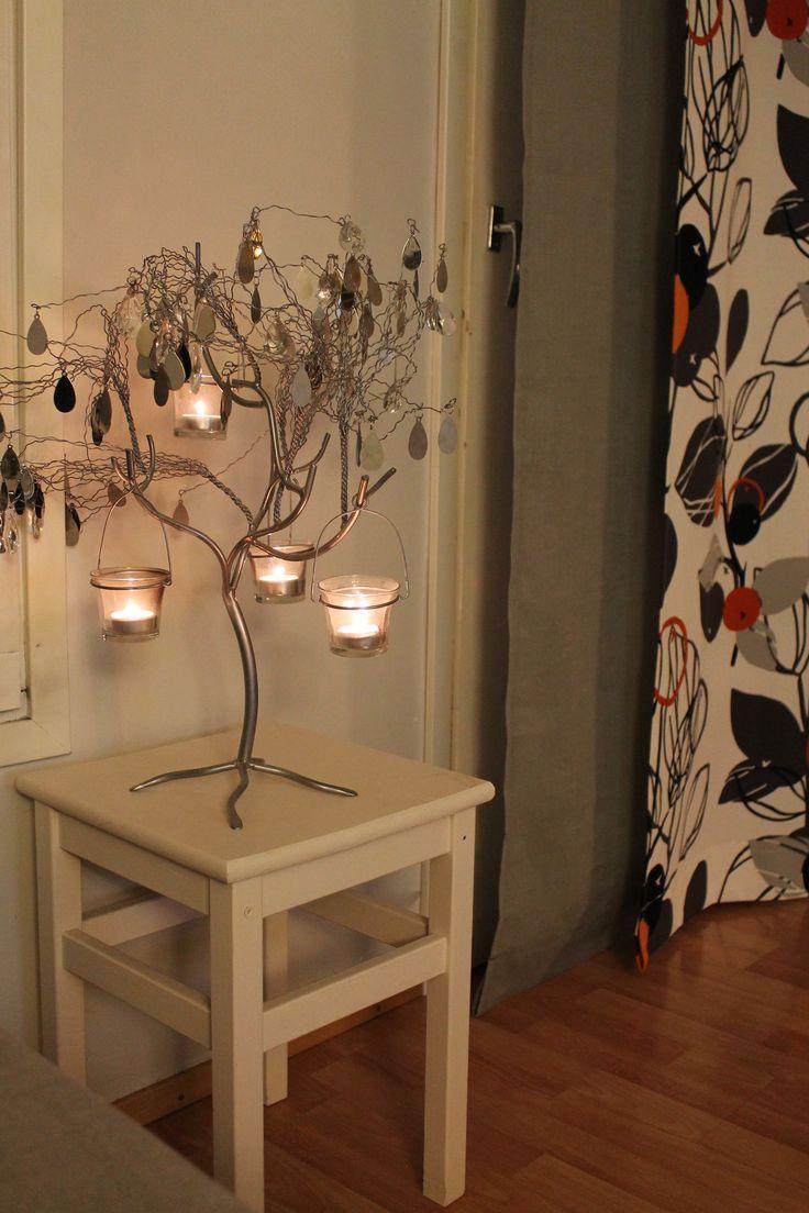 Pentik puu olohuoneessa.