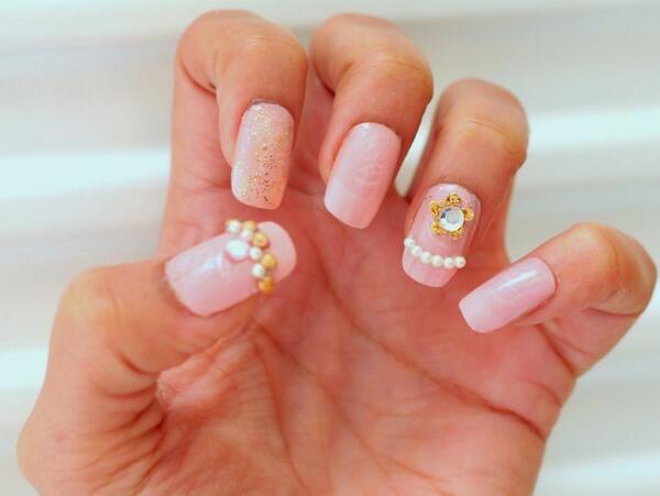 Pinkit kynnit kultaisin koristein | Pink nails with golden embellishments