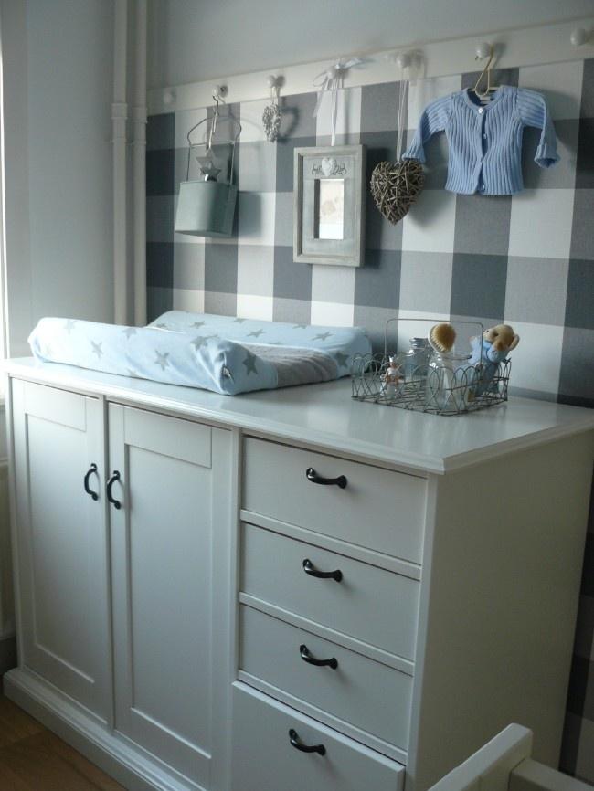 Leuk idee lat met deurknoppen behang tot halverwege voor een meisjeskamer kan je andere - Idee voor babykamer ...