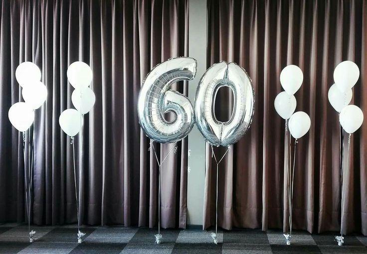 Globos de números más globos de látex celebrando los 60 años con helio