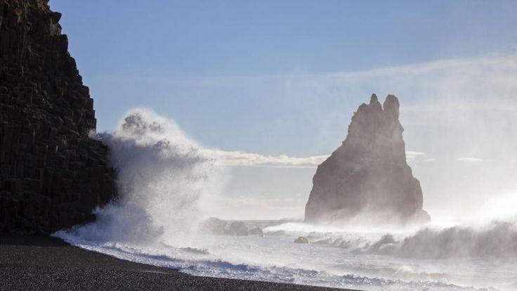 Eine Monster-Welle klatscht an Islands Südküste – einer Deutschen wurde die gefährliche Brandung jetzt zum Verhängnis