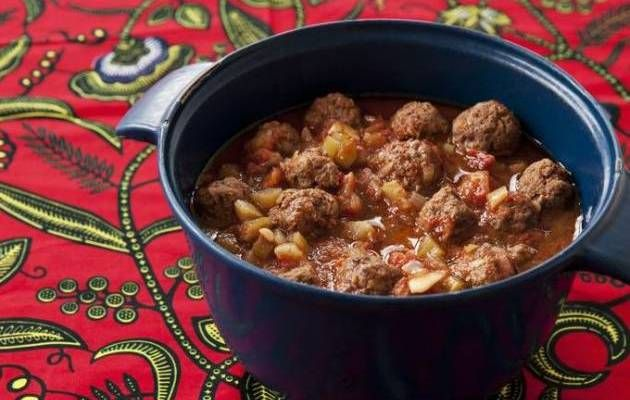 Opskrift på Kødboller i tomatsovs fra hæftet »Mad i høkasse« af Katrine Klinken