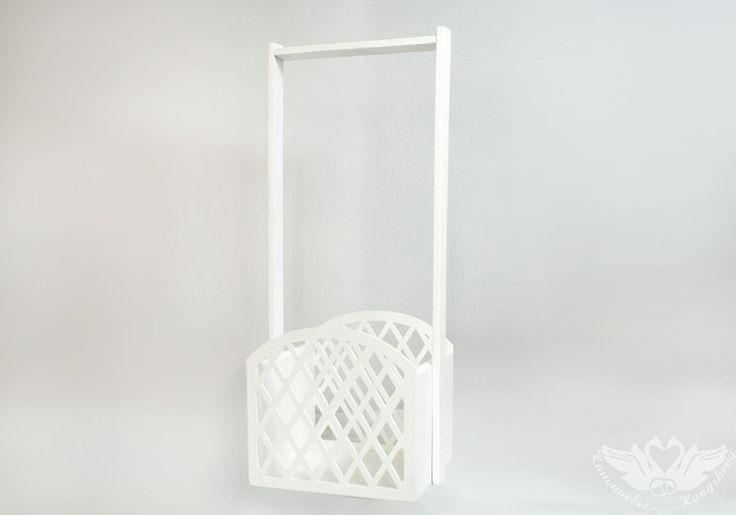 Деревянная ящик-корзинка окрашена краской на водной основе в белый цвет. Корзинка выполнена из фанеры. По швам склеена и сколочена на гвозди. Имеет длинную удобную ручку. Боковые стенки выполнены в виде решетки и просвечивают. Корзинка изготовлена из фанеры (толщиной 8 мм) и МДФ (толщиной 3 мм). В такой корзиночке будут отлично смотреться цветочные композиции из роз, гербер, лилий, хризантем. Так же в нее можно упаковать любой подходящий по размеру подарок. Например: мягкую игрушку, бутылку…