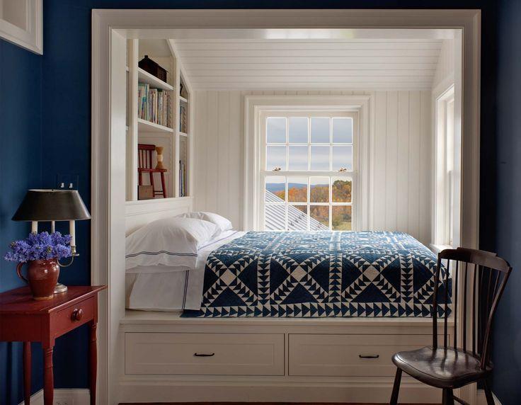 Уютная кровать  в нише - альков фото