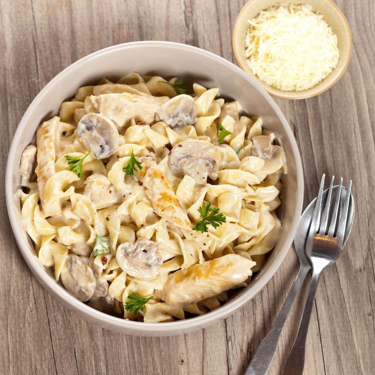 Toevoegen aan mijn receptenLekker en snel. Dit recept met pasta, kip, zongedroogde tomaat, champignons en een romige saus is absoluut een aanrader. Maak heb heel gemakkelijk zelf klaar en geniet van een heerlijk Italiaans pastagerecht. [method}