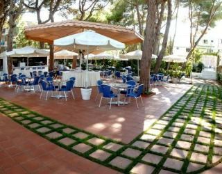 Hotel Luna is a comfortable 3 star hotel located a short walk from Castelldefels beach just back from the Passeig Marítim.