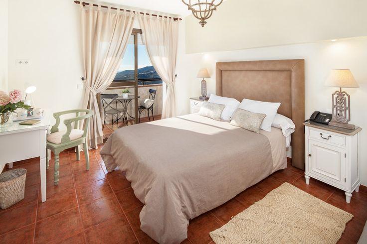 Relajante y romántico dormitorio de hotel rural con excelentes vistas a la montaña.