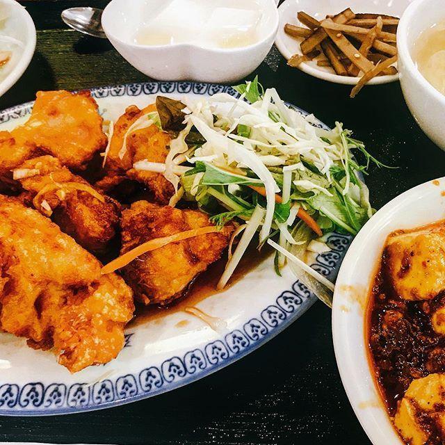 1番楽しい業務時間(?)ランチタイム〜❤️ オフィスから歩いて五分のところにある中華料理屋さん。  からあげ(油淋鶏)+麻婆豆腐って神の組み合わせでは?!😂🙏🏻✨ そろそろ、西新宿ランチガイドマップ作りたい。(笑)  #東京 #東京グルメ #西新宿 #西新宿グル#お昼ごはん #ランチ #中華料理 #中華 #コーヒー #セルフサービス #からあげ #油淋鶏 #麻婆豆腐 #ご飯 #大盛り #杏仁豆腐 #コスパ #最高  #肉 #ウーロン茶 #食べるの好きな人と繋がりたい #instafood #follow #l4l