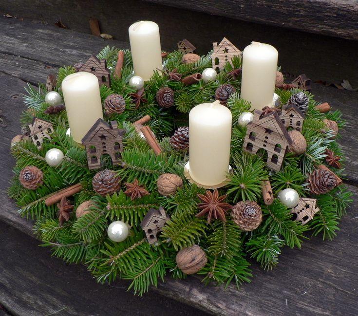 Vánoce+na+vsi:-)+Jedlový+věnec+s+přízdobou+dřevěných+domečků.Průměr+35+cm.