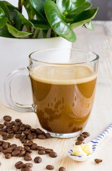 Cafeaua bulletproof este o cafea cu adaos de ulei de cocos si unt, populara in randul celor ce urmeaza dieta LCHF. Ce o face atat de indragita? Aportul de grasimi, deoarece este usor de facut si inlocuieste cu succes micul dejun si este foarte buna la gust