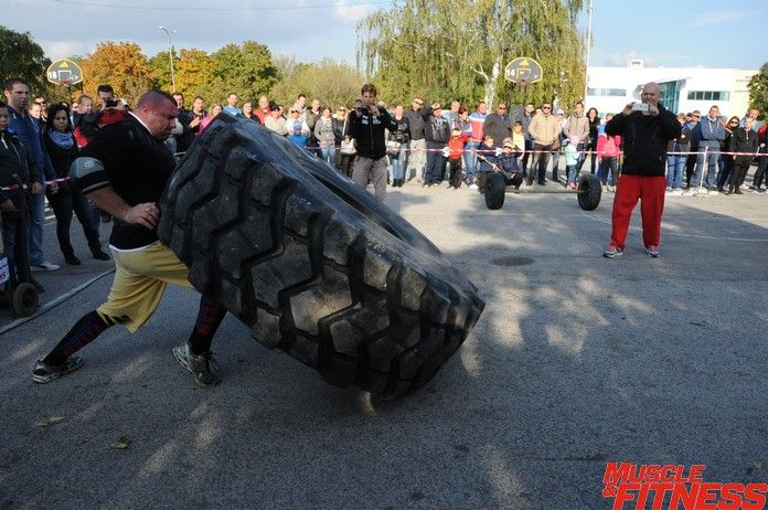Strongman Peter Rekenei prevracanie pneumatiky.