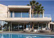 La piscina exterior es tipo 'infinity pool', con cubierta retráctil. Su acceso se diseñó con amplios peldaños tipo playa para sentarse o estirarse