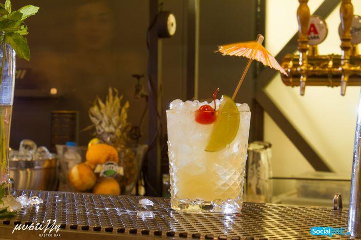 Ώρα για piña colada! Ρούμι, γάλα καρύδας, χυμός ανανά, μία φέτα λάιμ, ένα κερασάκι και ένα…ομπρελάκι! Όσο ακόμα «μυρίζει» καλοκαίρι, πιείτε το cocktail σας στον κήπο της Μυστίλλης!