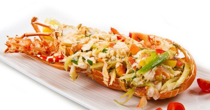 Prepara l'astice alla catalana con i crostacei vivi conditi con un misto di verdure di accompagnamento, dalle carote ai pomodorini, dal sedano alle cipolle.