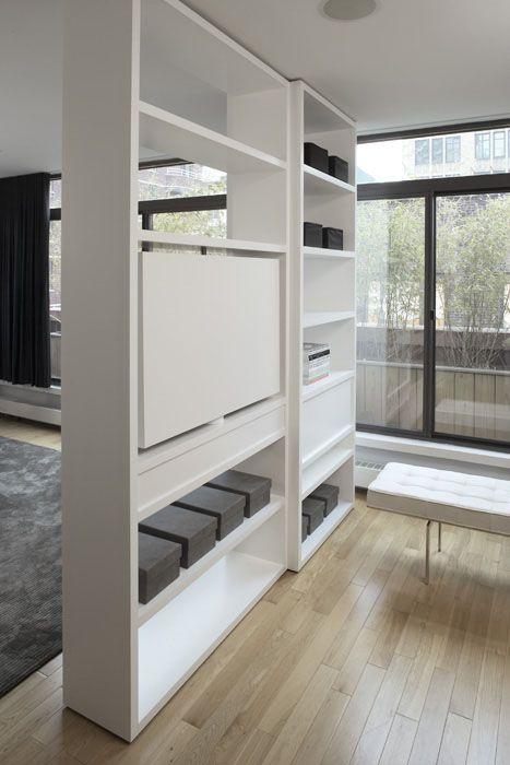 Raumteiler-Regal mit TV Fach. Der Clou: Der Fernseher lässt sich drehen - so kann man ihn von beiden Raumseiten nutzen. #roomdivider #shelf #tvrack #interiordesign