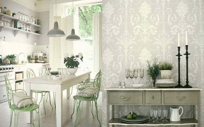 Blanco, gris y verde para una cocina romántica. En primer plano, una pared empapelada con un motivo muy barroco