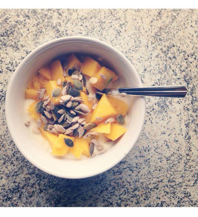lunch time! vanilje yogurt, mango, gresskarfrø og solsikkekjerner ☺️