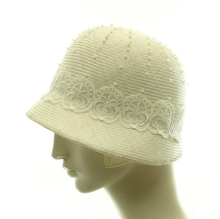 Jaren 20 wit hoedje met pareltjes en kant #bruiloft #wedspiration #20's