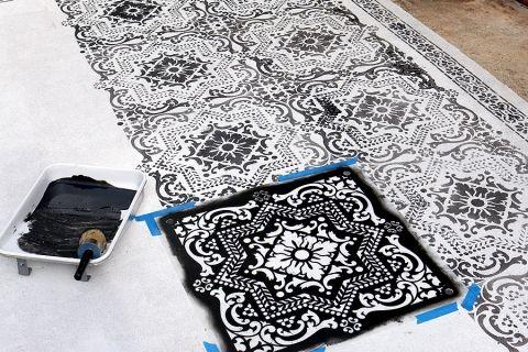 Pintando el piso con stencils