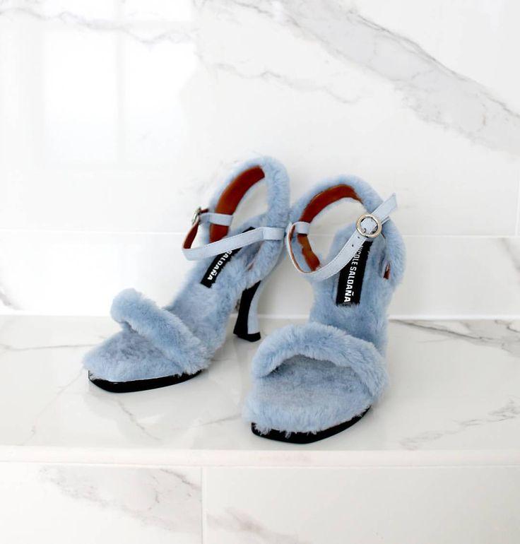 いいね!944件、コメント22件 ― Harvey Nicholsさん(@harveynichols)のInstagramアカウント: 「Exclusive to #HarveyNichols, @nicole_saldana's Dylan sandals are the fluffiest things we've ever…」