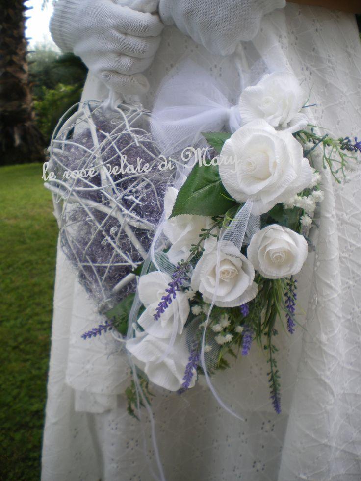 bouquet sposa borsetta a cuore con ramo di rose in carta crespa fatte a mano,fiori di lavanda e nebbiolina