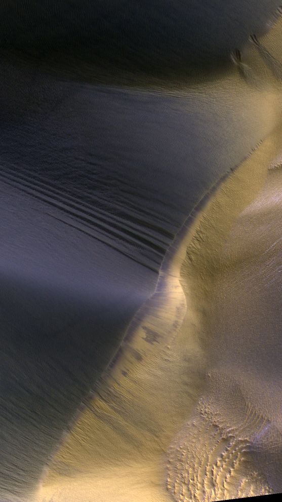 Scene on Mars Space camera photographed pictures of sand dunes on the surface of the Red Planet. Thanks to high resolution camera HiRISE, installed aboard the space satellite MRO (Mars Reconnaissance unit), you can admire a piece of Mars.