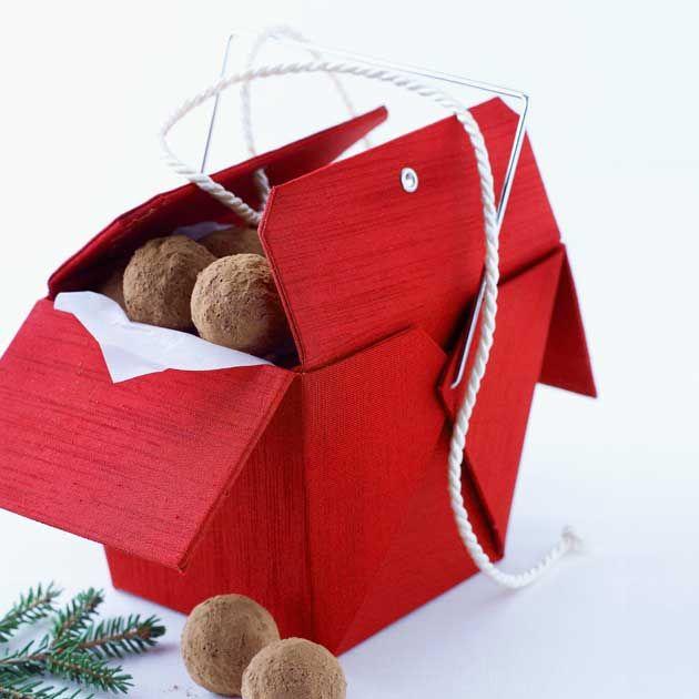 Sjokoladetrøfter med rik sjokolade og krydder som du kjenner fra pepperkaker, har en herlig smak av jul. Perfekt til julekaffen! Oppskriften gir 25-30 trøfler.