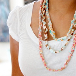 Want to recycle old t-shirts into something lovely! Check out these DIYs!Crafts Ideas, Diy Fashion, Fabrics Scrap, Diy Necklace, Jewelry, Scrap Necklaces, Scrap Fabrics, Fabrics Necklaces, Braids Necklaces