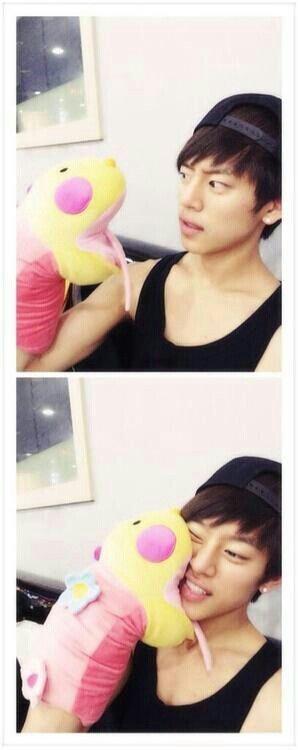 Kkkkkk Daehyun oppa is soooooooo cutee man >....