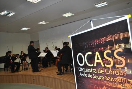 A orquestra, regida pelo maestro Guilherme de Moraes Côrrea, é composta por 26 músicos, sendo doze violinistas, quatro violistas, três violoncelistas, dois contrabaixistas, um clarinetista e um pianista.    Fundada no ano de 2010 em Botucatu, a OCASS escolheu como patrono o professor Aécio de Souza Salvador, protagonista de ações em benefício da música no município.