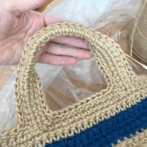 間髪入れずに次の作品のご紹介です。前に編んだ往復編みのバッグを麻ひもで作ってみました。内袋はバンダナで作ってます。色違いの赤ボーダー青ボーダーこの往復編みのバッグの作り方はこちらからどうぞ。今回の往復編みのバッグはサイズと持ち手の編み方が違います。表と裏と底の部分は30目56段です。サイド部分は10目25段を2枚編んで、引き抜き編みで繋ぎ合わせます。持ち手の編み方です。端から7目飛ばして8目に持ち手の芯になる鎖を34目編み、反対側から8目の所に35目を編みつけます。まずは内側から編みます。根元から12目の所に糸をつけて、左回りに細編みしていきます。根元の鎖編みと細編みは2目1度します。反対側も同じです。1段目が編めました。2段目は2目1度した目を飛ばして2目1度します。2段目が編めました。次に下から半分を引き抜...往復編みのバッグ、麻ひもヴァージョン。