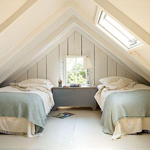 Inrichtingsideeën voor een ruimte met een schuin dak | Twee bedden onder schuin dak. Door Ietje