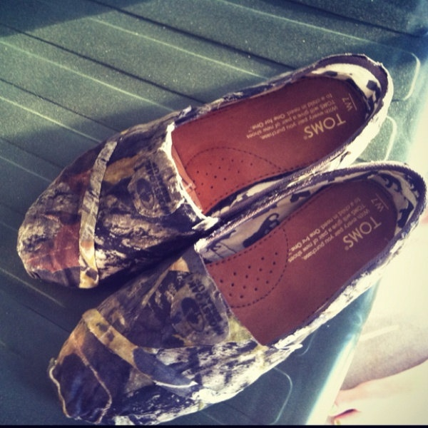 I dont even like these kinda shoes but i would definitely wear these!! ~Mossy oak camo Toms on Etsy