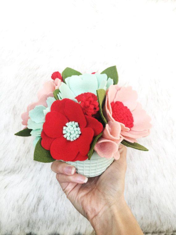 Benvenuti di cuore fioriture! Mi chiamo Misty e questo è il mio negozio di fiore del feltro! Fiori di amore, ma siamo realisti, essi non durano per sempre. Ora sono circondato da bellissimi fiori tutto lanno e cosa ancora migliore è che non hanno bisogno di irrigazione!  Dimostrare a qualcuno quanto si cura dando loro un regalo che durerà per sempre! Queste disposizioni di feltro fiore possono essere utilizzati come un grazie o regalo padrona di casa, come un matrimonio o doccia centrotavola…