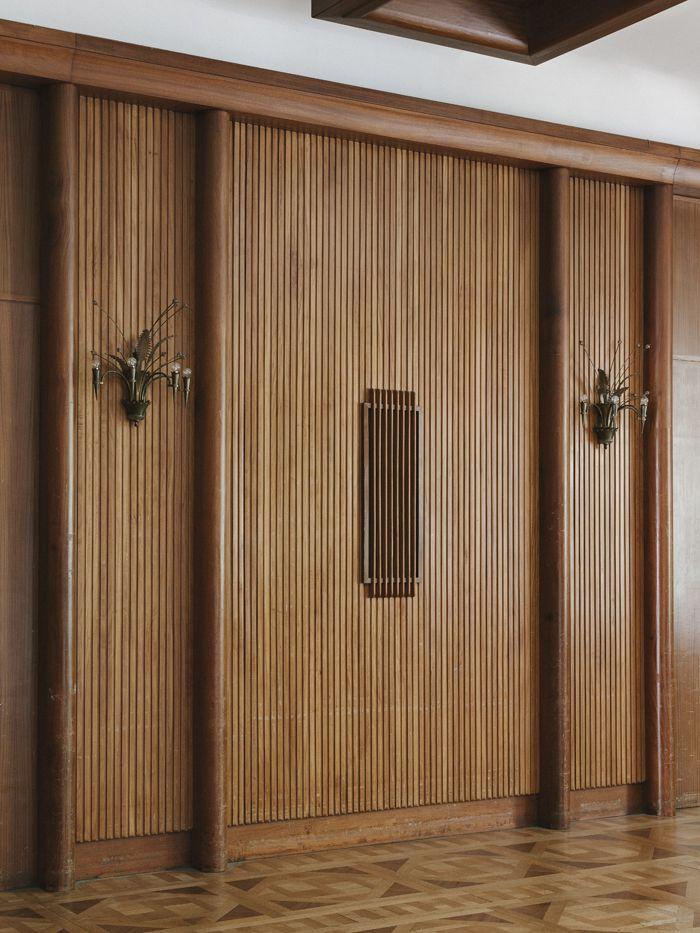 Attenant à la Grande Salle, le foyer est habillé de lambris de merisier que vient interrompre le système acoustique, soulignant ainsi la modernité du décor.