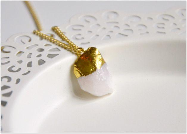 Collier doré avec pendentif  couleur de la pierre fine: blanc rosé