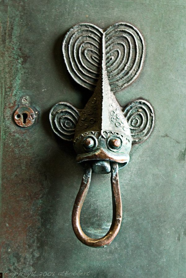 Fish door knocker (2008) photographed by atBobbert.                                                                                                                                                                                 Más