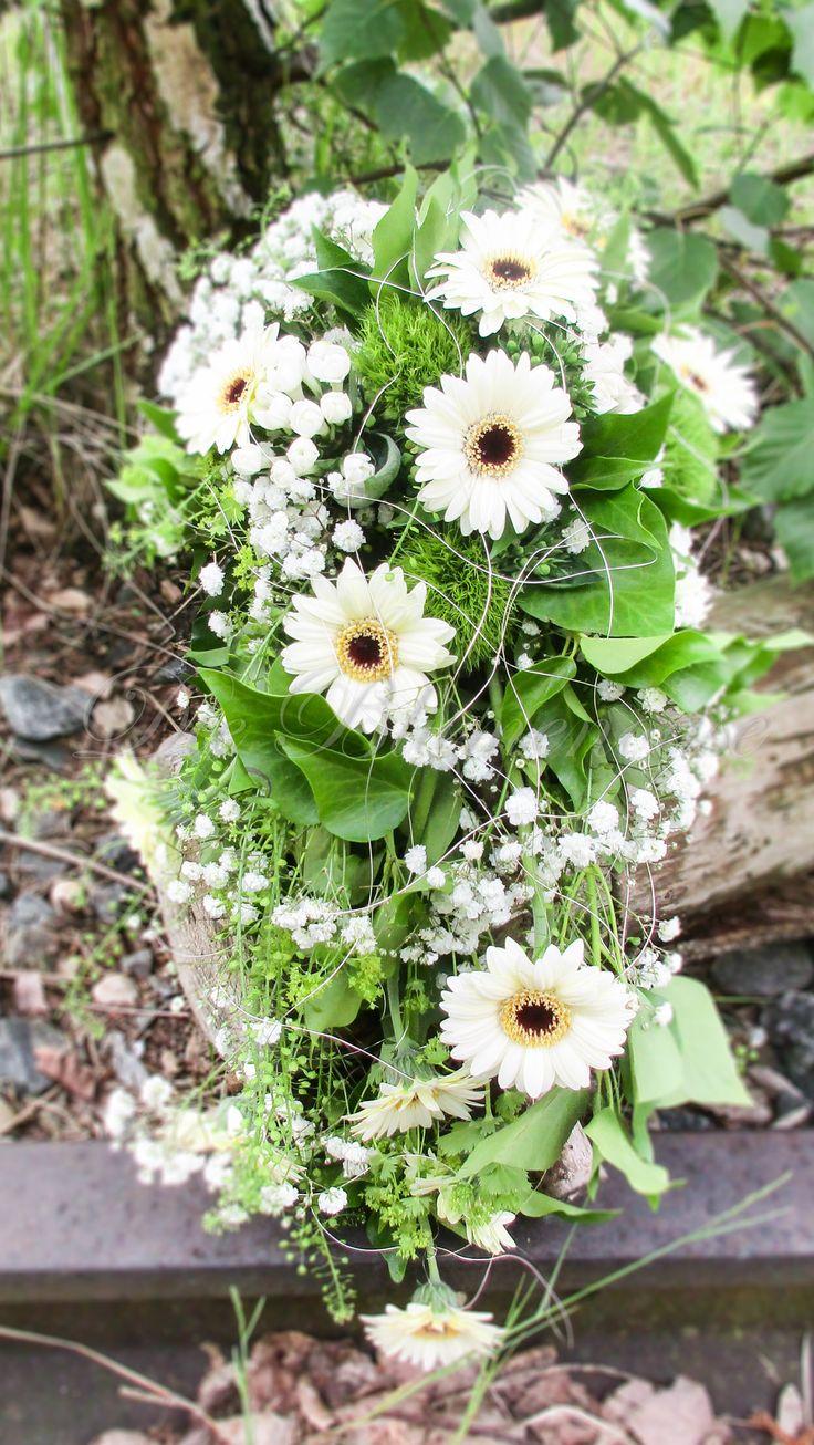 Brautstrauß tropfen mit mini Gergera, gefunden auf www.dieblumenoase.de euer Partner für florale Events