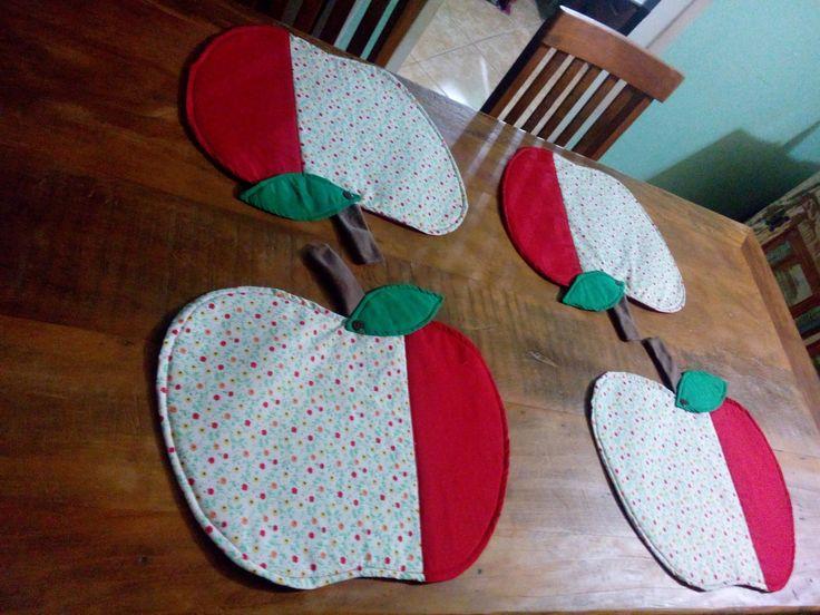 Jogo americano maçãs. Feito em tricoline e estruturado com manta r1. <br> <br>preço 2 peças: R$ 50,00 <br>preço 4 peças: R$ 80,00