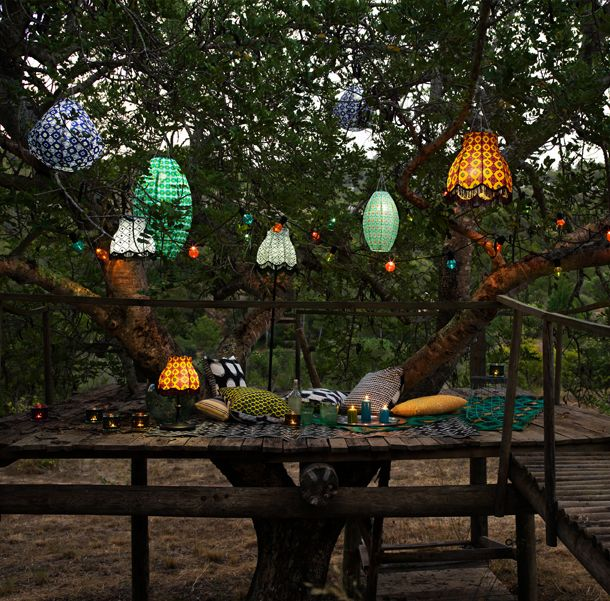 Lámparas de techo de energía solar en diferentes formas y colores, que cuelgan al aire libre en un árbol.