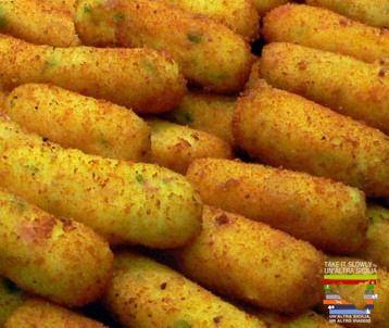 """I Cazzilli (o crocchè) sono una delle specialità gastronomica """"da strada"""" della cucina palermitana.  Si tratta di piccole crocchette di patate fritte in olio, spesso servite nelle friggitorie palermitane.  La preparazione prevede l'uso di patate farinose che vengono bollite e setacciate fino ad ottenere una purea densa condita con sale, pepe, prezzemolo, poche foglioline di mentuccia fresca ed un pizzico d'aglio tritato, con la quale si formano delle crocchette ovali da friggere nell'olio."""