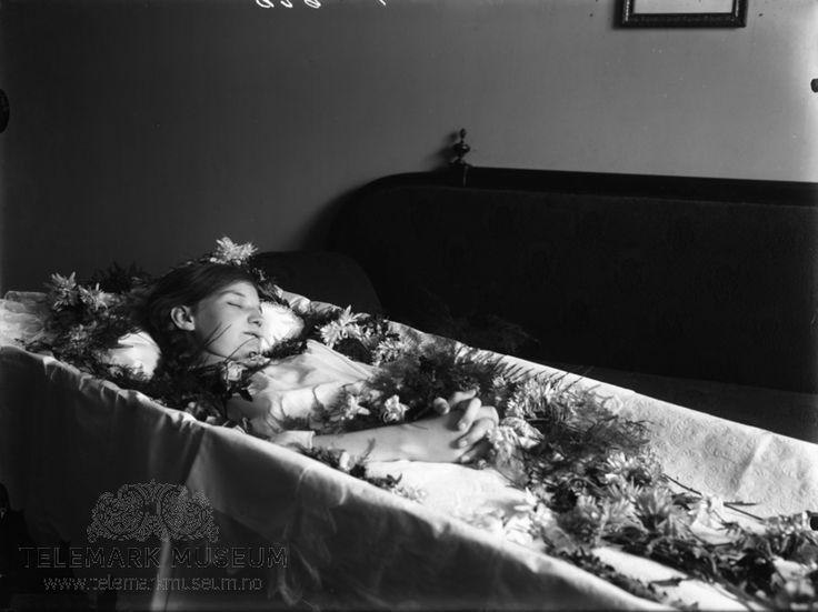 En død jente fotografert i åpen kiste