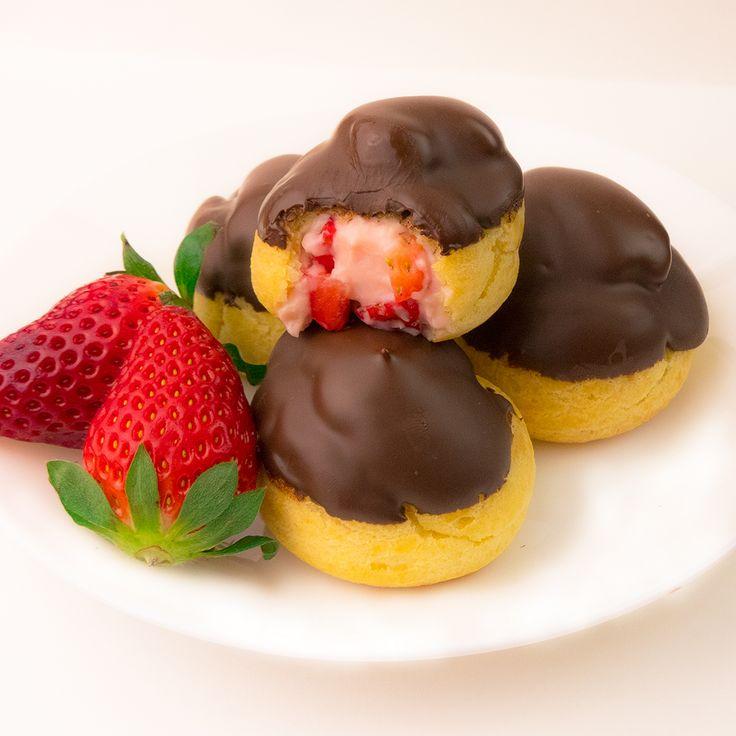 Aceste minieclere sunt unele din cele mai delicioase și fine deserturi. Sunt foarte gingașe, gustoase și cu un gust irezistibil, care pur și simplu o să se topească în gură. Este o combinație perfectă din