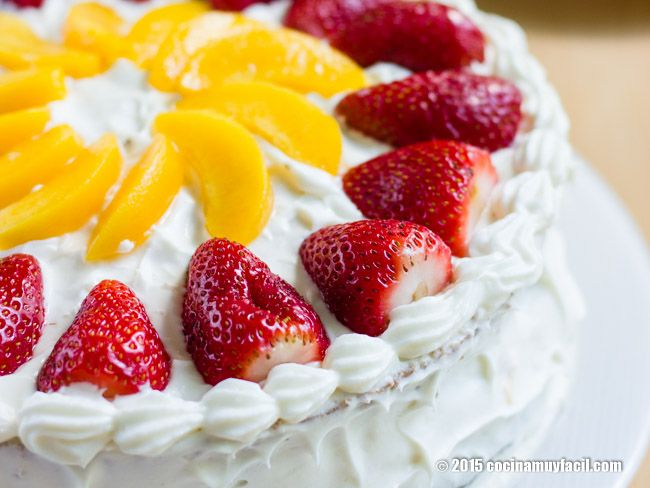 Receta mexicana para preparar pastel de tres leches relleno de frutas. Con consejos y sugerencias para lograr un pastel húmedo y delicioso.