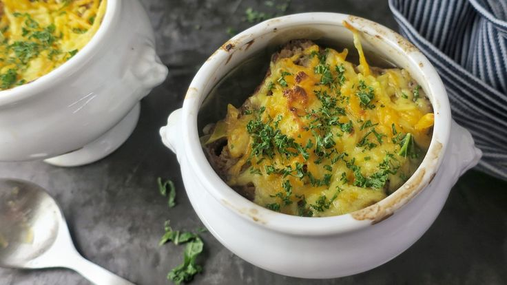 Suppe med flere sorter løk. Richard Nystad bruker gul og rød løk, purreløk og hvitløk i løksuppen.