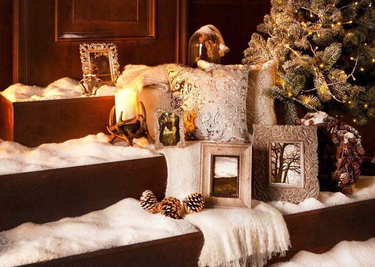 Новогодние декорации: серебристые фоторамки и вышитые подушки