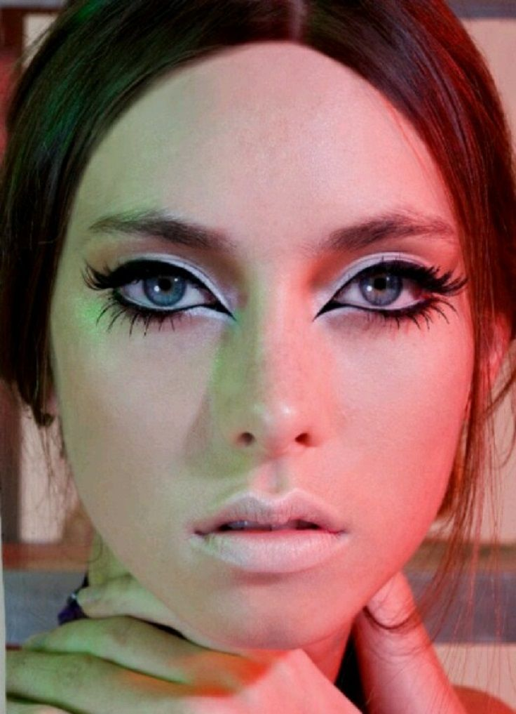 white eyeshadow all around eye liquid liner to a point in inner corner and circling eye paired with a nude lip  Perfectly 1960 mod look
