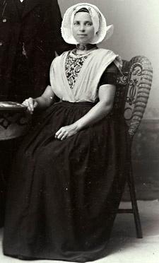 Vrouw uit Nieuw- en Sint-Joosland. Uitsnede van een foto uit circa 1910 (ZA/HTAM)