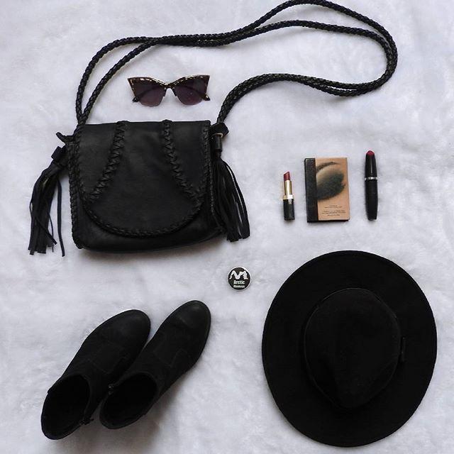 Toda de preto #tudopreto #black #chapeu #botas #botom #bolsas #oculos #makeup…