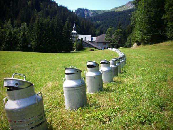 Une installation éphémère de 324 bidons de lait par l'artiste Gérard Benoît